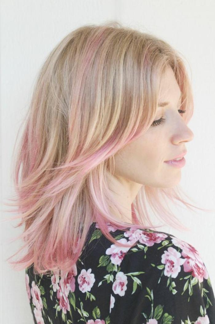 pastel pour cheveux, chemise noire avec roses, cheveux blond rose, mèches rose