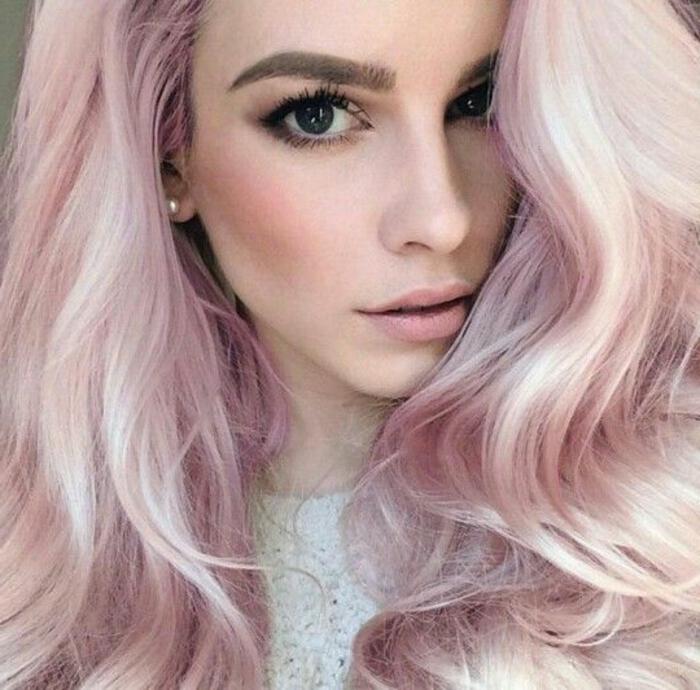 couleur cheveux rose pastel, boucles légères, blouse blanche, maquillage naturel, fille cheveux rose