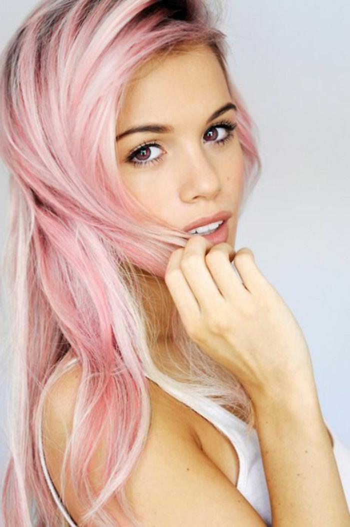 fille cheveux rose pastel, débardeur blanc, maquillage naturel, pastel pour cheveux