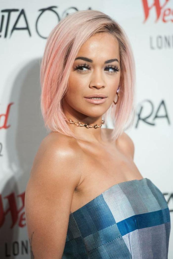 couleur cheveux rose pastel, Rita Ora, coupe carrée cheveux raides, robe bleue, cheveux blond rose