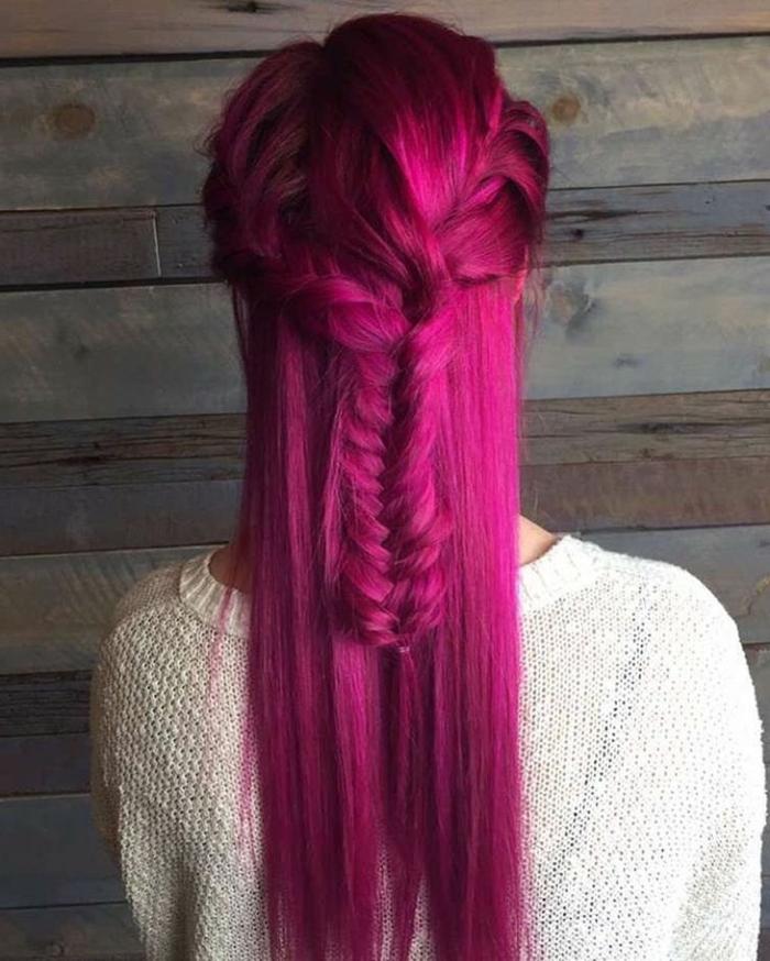 teinture rose foncé, cheveux longs et raides, tresse, blouse blanche, coloration cheveux rose