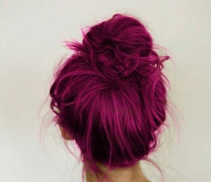 couleur flashy, cheveux attachés, chignon rose foncé, fille cheveux rose foncé