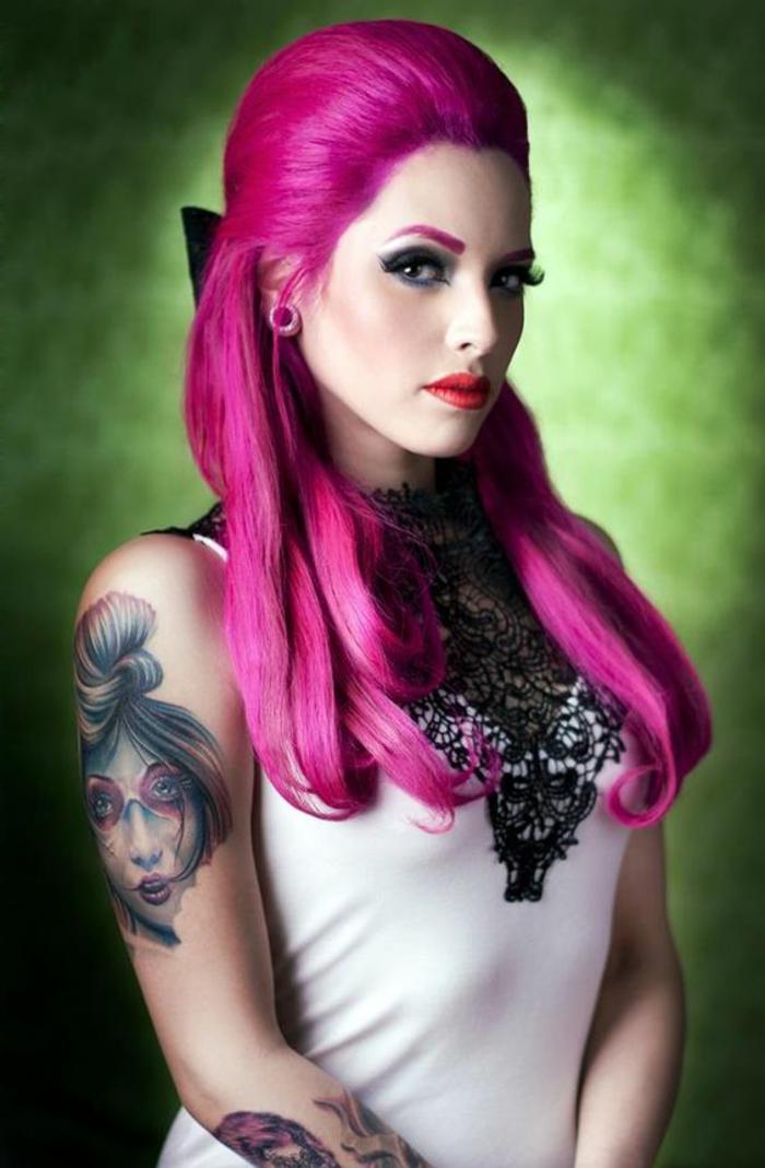 couleur flashy, lèvres rouge, coiffure mi-attachée, débardeur blanc avec dentelle noire, cheveux rose foncé