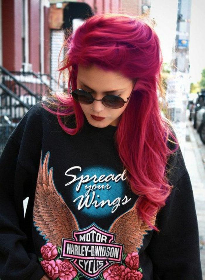 coloration rose, sweat-shirt noir, cheveux longs et bouclés, teinture rose foncé