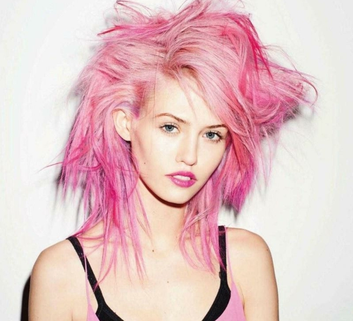couleur cheveux rose pastel, débardeur noir, fille cheveux rose foncé et pastel