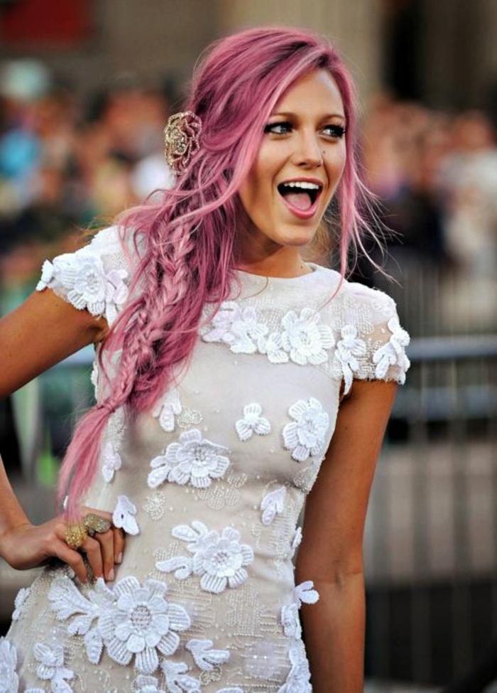 couleur flashy, coiffure avec tresse et boucles, robe blanche à motifs floraux, coloration rose