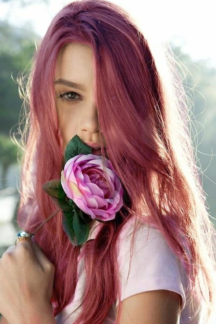 coloration rose, cheveux longs, fleur rose, t-shirt blanche, teinture rose