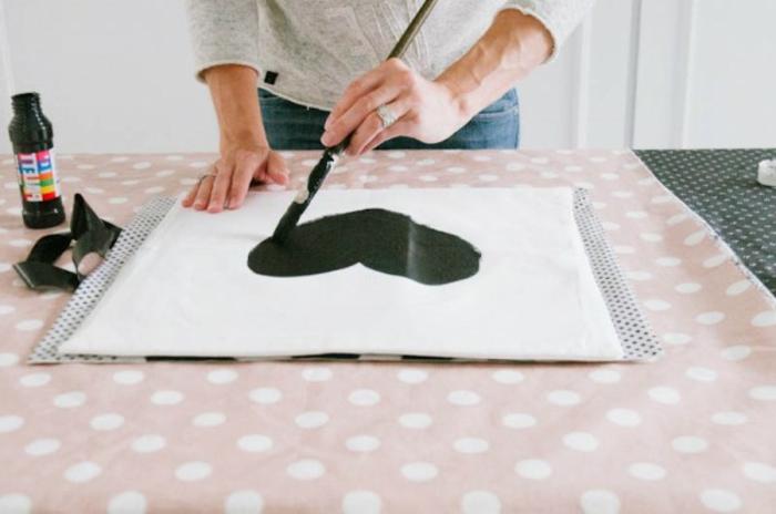 cutomiser une taie d'oreiller avec de l'encre textile couleur noir, peindre un coeur, idee creation deco à faire soi meme