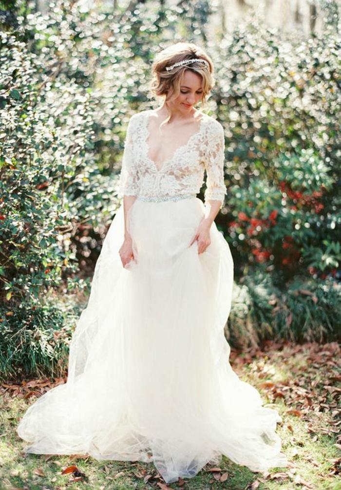 une robe de mariée longue féerique à jupe bouffante et décolleté en v