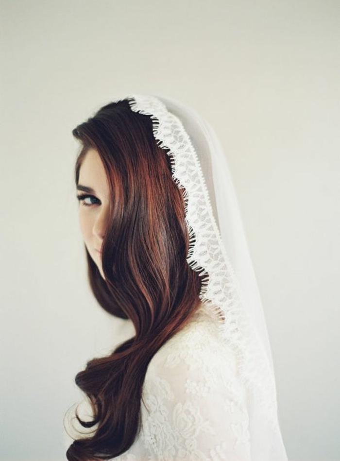 look de mariée traditionnel avec un voile mariée ancien, coiffure de mariage cheveux détachés