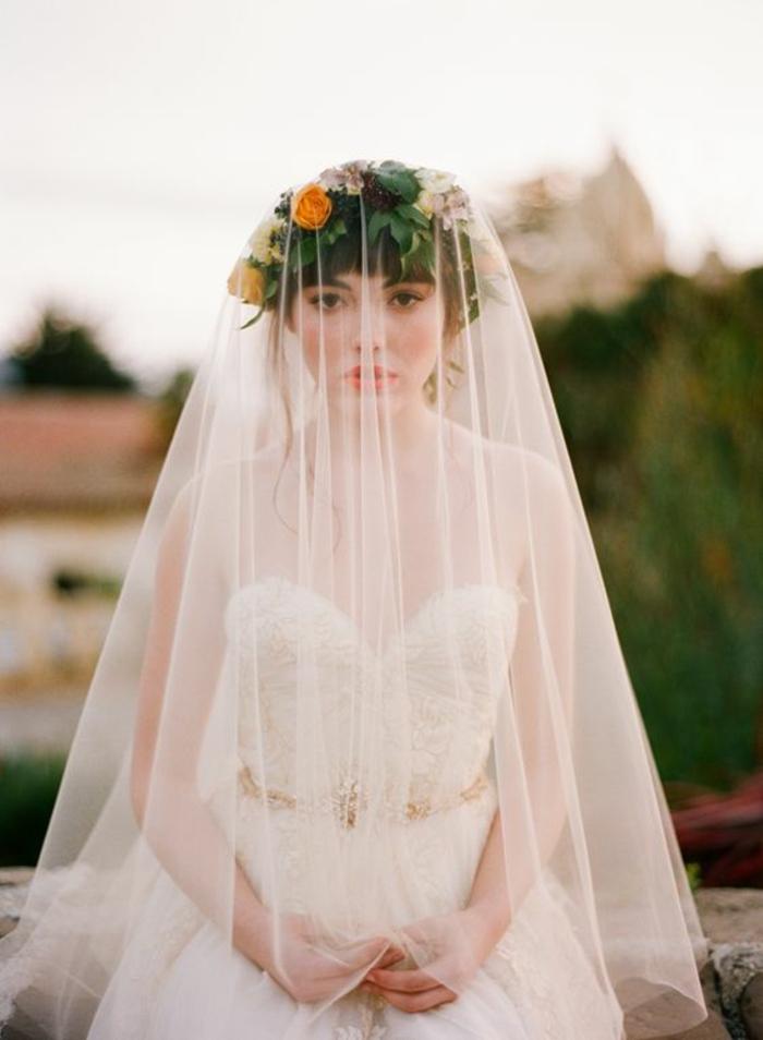 comment porter le voile nuptial pour une vision bohème chic, voile mi-long et couronne de fleurs