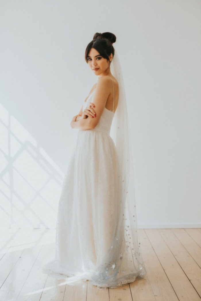 jolie idée pour un accessoire mariage original, un haut chignon nœud et voile étoilé