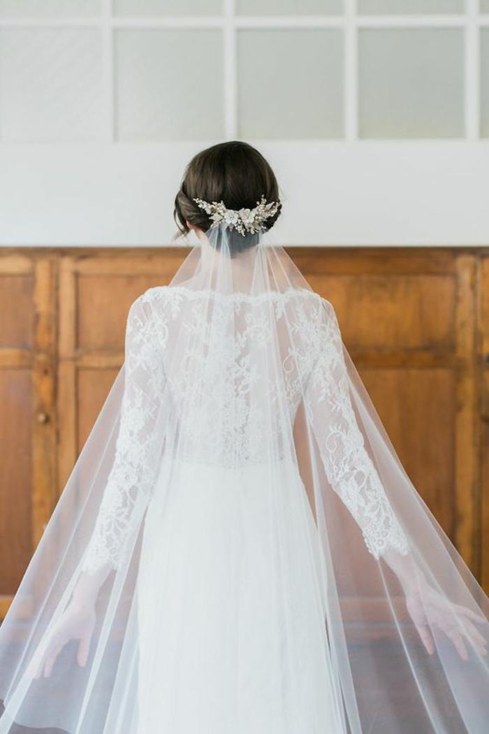 une robe de mariée élégante à manches longues en dentelle, comment porter un voile nuptial