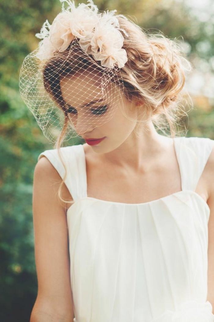 comment porter le voile court, une jolie voilette ornée de fausses fleurs