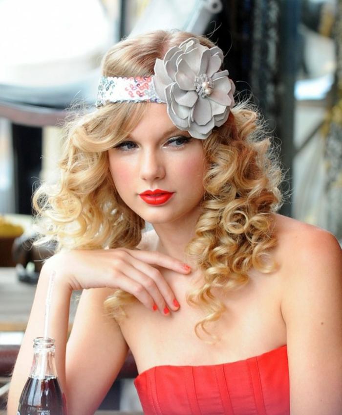 coiffure année 50, bandeau à motifs floraux, lèvres rouge, cheveux blonds,  manucure