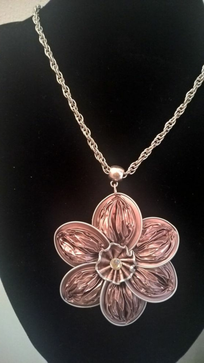 collier capsule, médaillon rose