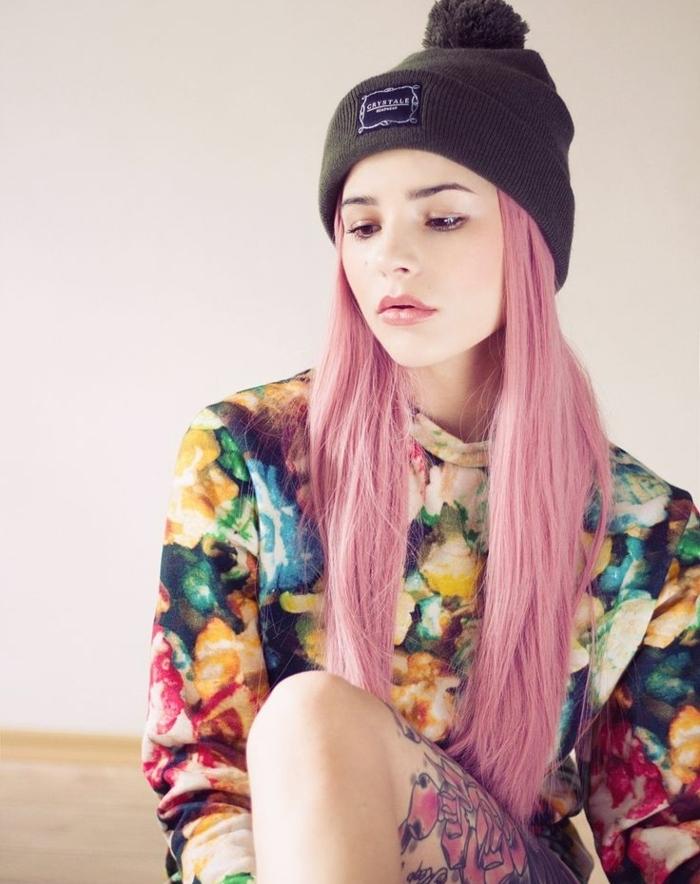 couleur cheveux rose pastel, blouse multicolore à motifs floraux, bonnet noir, fille cheveux rose