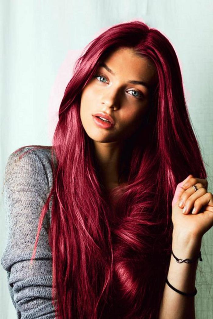 cheveux rose foncé, blouse grise, coloration rose foncé, bracelets noirs
