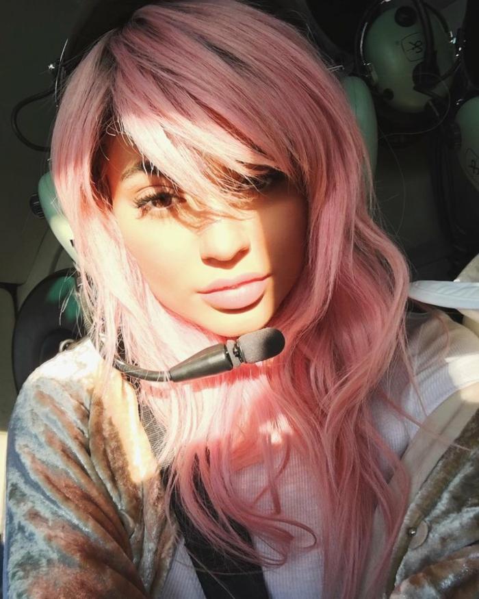 couleur cheveux rose pastel, coiffure avec frange, lèvres rose, pastel pour cheveux