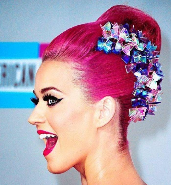 couleur flashy, coiffure banane, accessoires cheveux en cristaux, Katy Perry, cheveux rose foncé