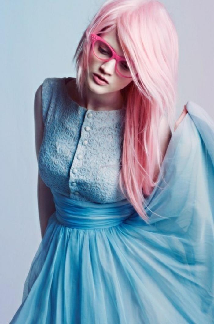 fille cheveux rose, lunettes de vue rose, robe bleue claire, pastel pour cheveux