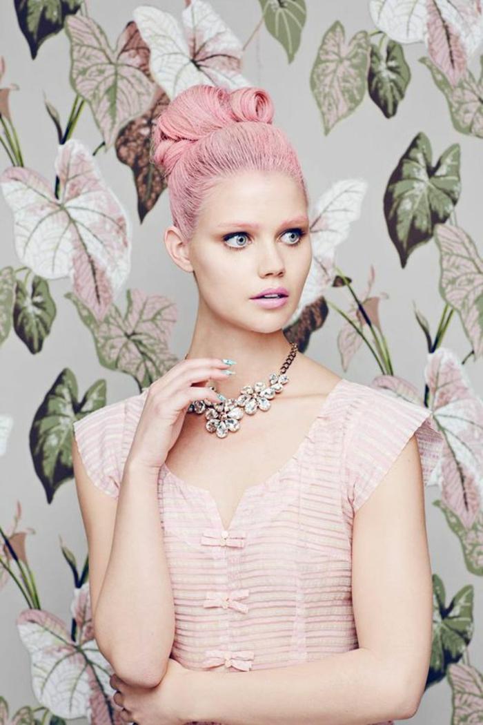 pastel pour cheveux, robe en rose pastel, collier avec des fleurs, manucure verte, coloration rose pastel