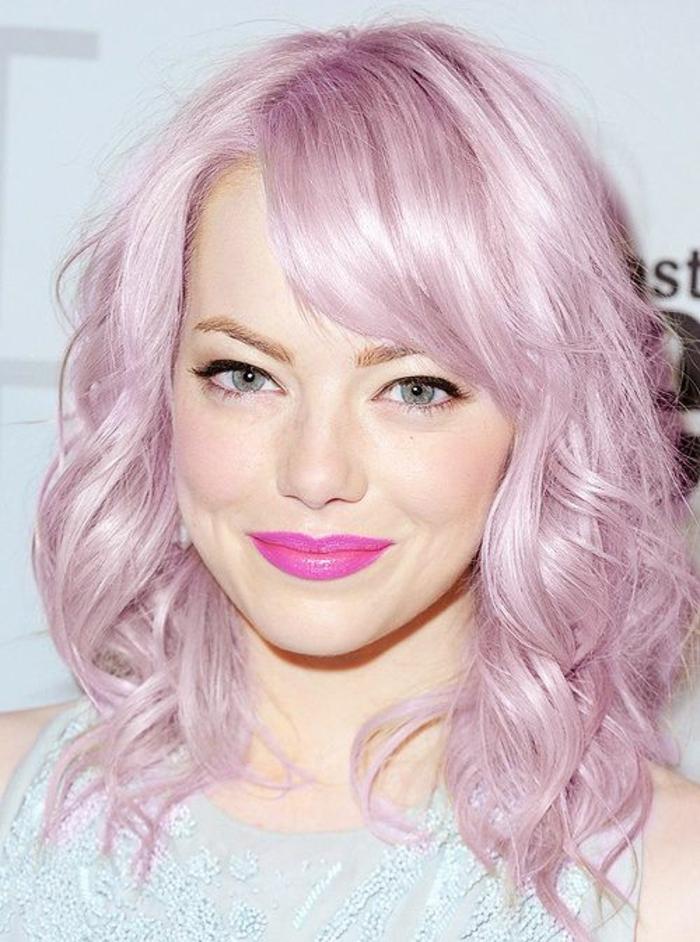 pastel pour cheveux, coiffure avec boucles, lèvres rose foncé, robe en bleu claire