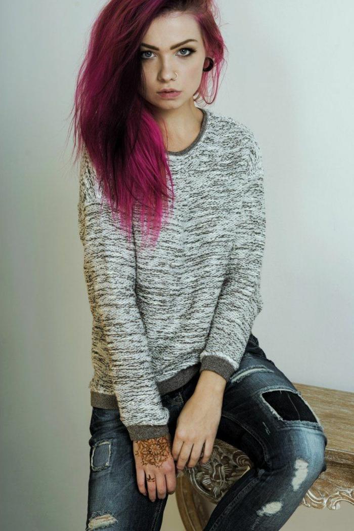 cheveux violet rose, blouse grise, pantalon en denim, coiffure en rose foncé