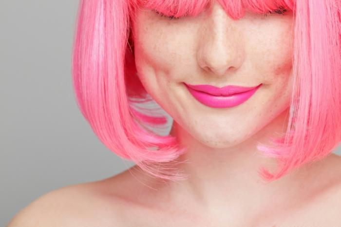 couleur cheveux rose pastel, lèvres rose foncé, coupe carrée rose