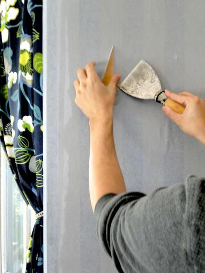 Comment décoller papier peint avec spatule - commencer du lé de papier peint ancien