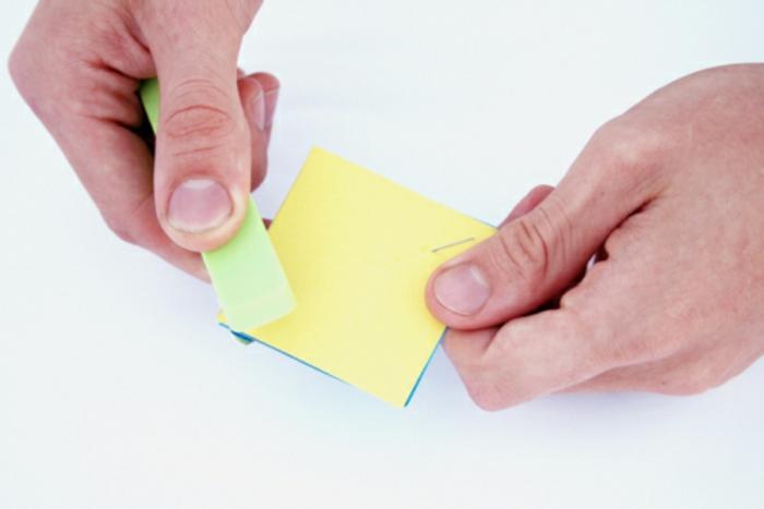 réaliser un mobile pour bébé fait main à motifs géométriques à partir du carton