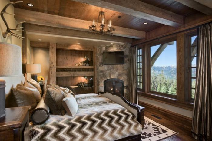 matelas nid douillet, plafond avec poutre en bois, coussins décoratifs, grande fenêtre
