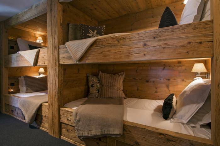 le nid douillet, cadre de lit en bois, coussins décoratifs, linge de lit blanc