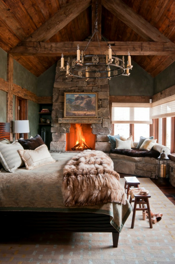 matelas nid douillet, plafond avec poutres en bois, lustre en cristaux, plaid en fausse fourrure