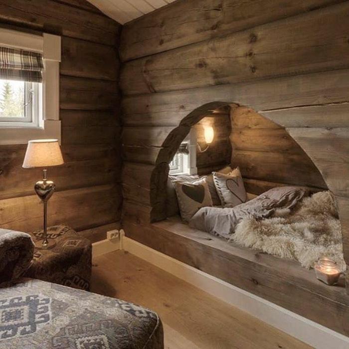 le nid douillet, tabouret en motifs ethniques, cadre de lit en bois, coussins décoratifs, plaid en fausse fourrure