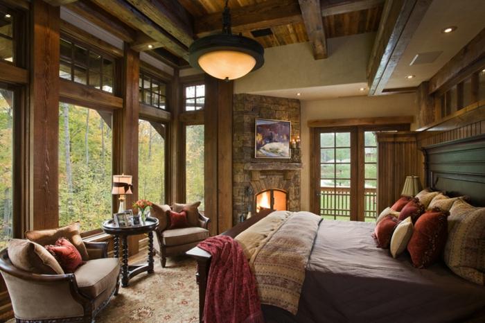 matelas nid douillet, grandes fenêtres, fauteuils taupe, tête de lit en bois