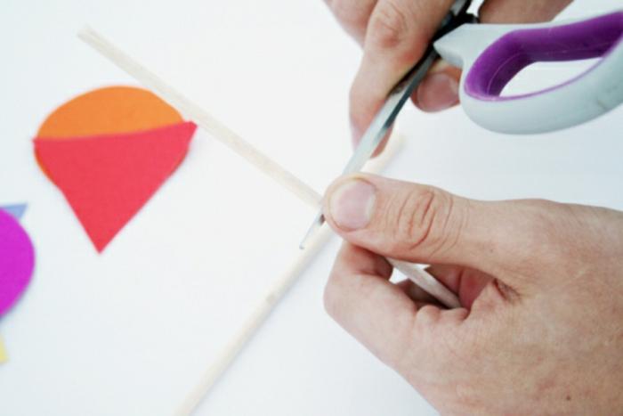 comment fabriquer un mobile bébé géométrique en papier, idée de déco chambre bébé à réaliser soi-même