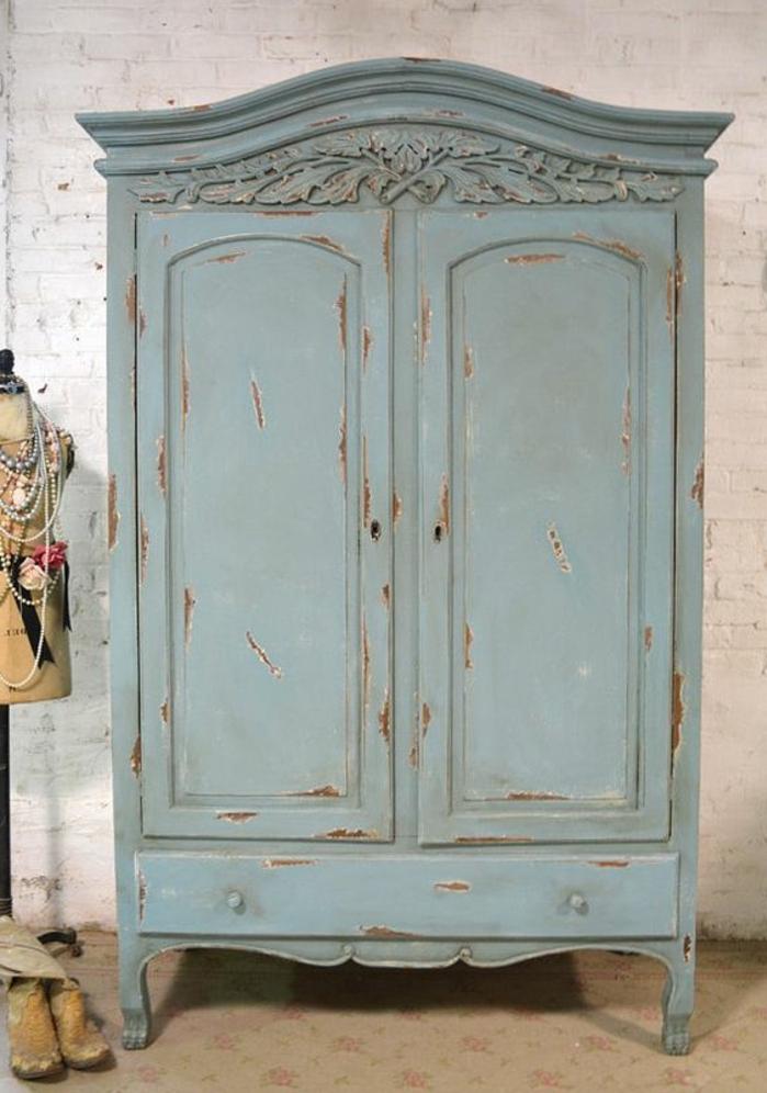 comment patiner un meuble, armoire ancienne repeint en vert pastel, rouillé, aspec usé, mur en briques blanches, chambre vintage rustique