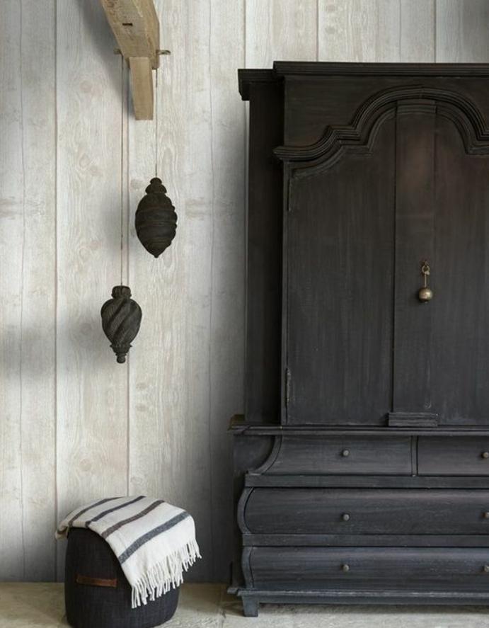 repeindr eun meuble, armoire ancienne en bois, repeint en marron foncé, lambris, décoration suspendue, idée déco chambre, style oriental