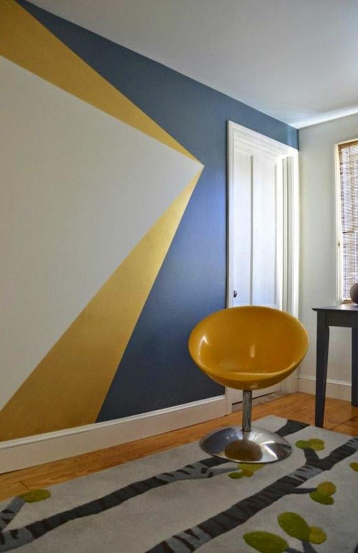 comment peindre un mur, mur à fugures géométriques en gris et jaune, chaise jaune