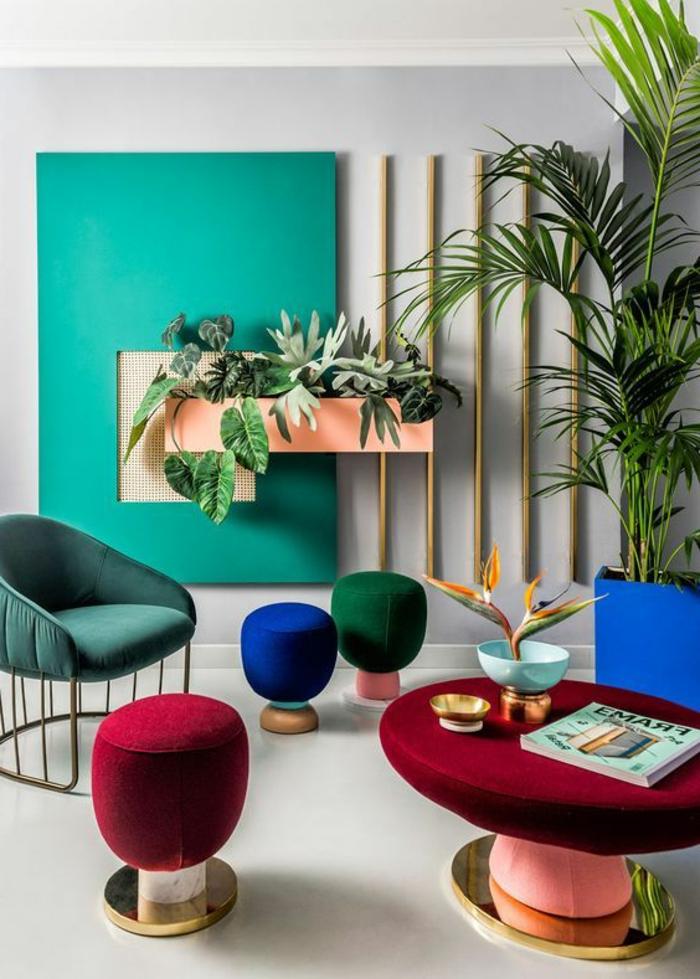 comment peindre un mur, plantes vertes, tabourets originaux et déco murale turquoise