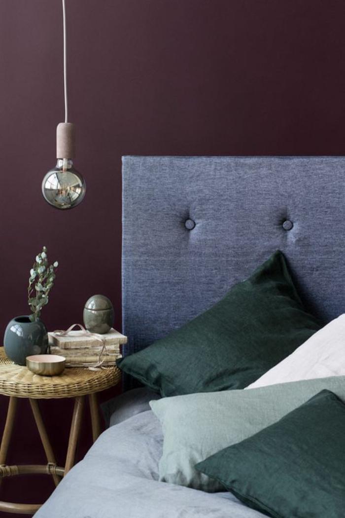 comment peindre un mur, mur de couleur parme intense et tête de lit grise