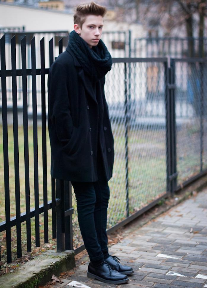 tenue noire avec dr martens derbies et manteau