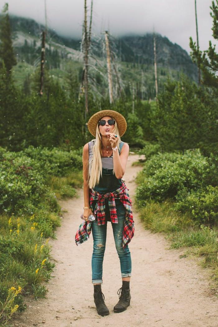 salopette en jean, lunettes de soleil noires, bracelet blanc, bague turquoise