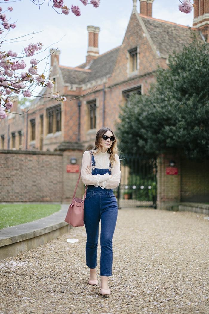 porter une salopette en jeans, sac à main pastel, chemise à col haute beige