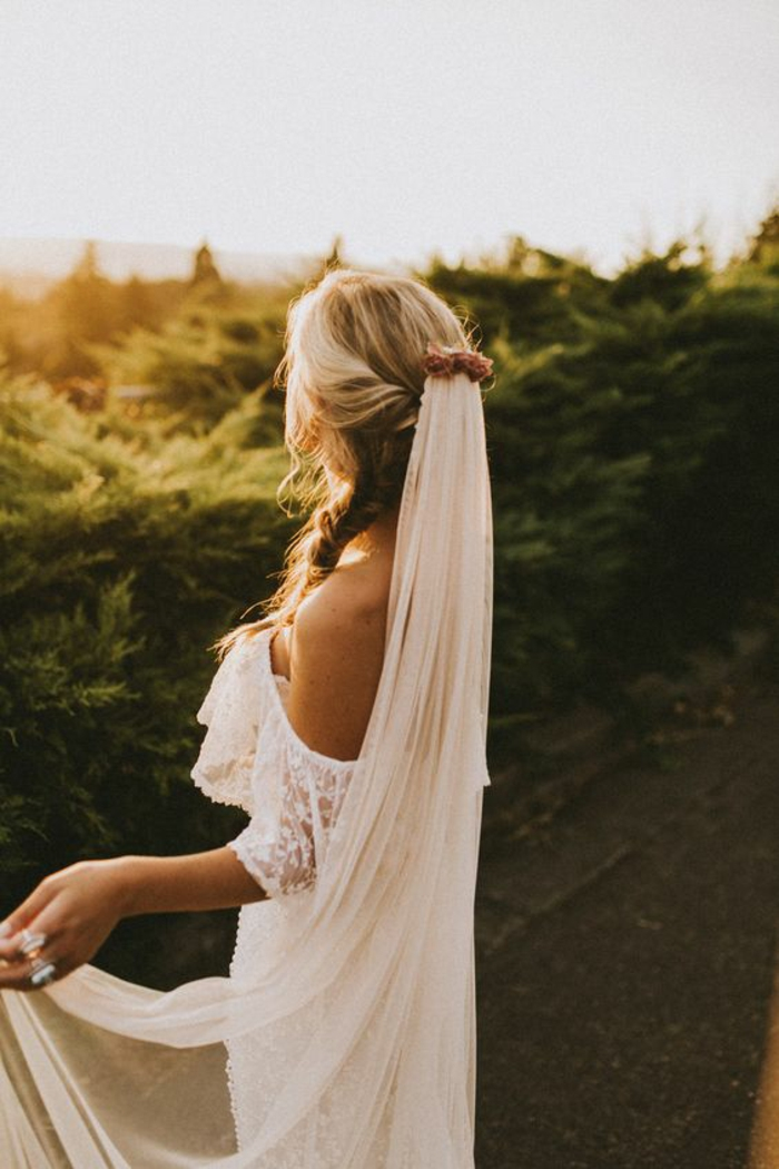 robe de mariée aux épaules dénudées et accessoire mariage bohème chic, voile nuptiale avec peigne