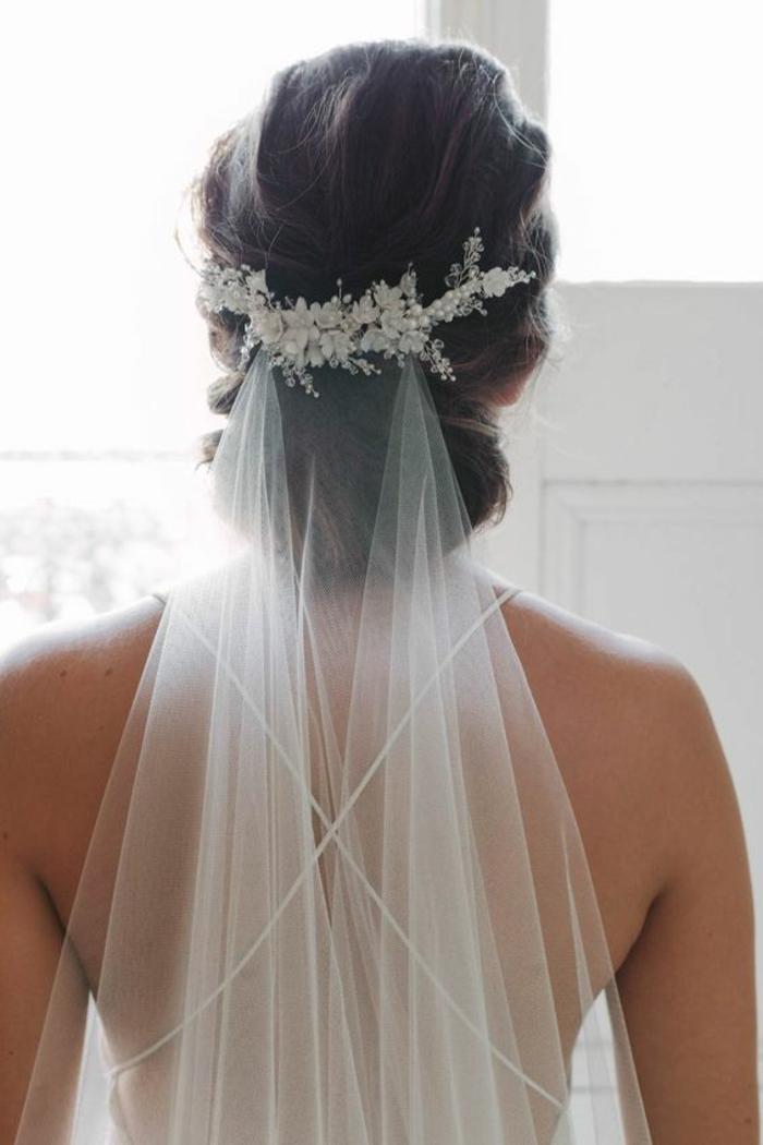un voile marié élégant et fin attaché avec jolie peigne strass