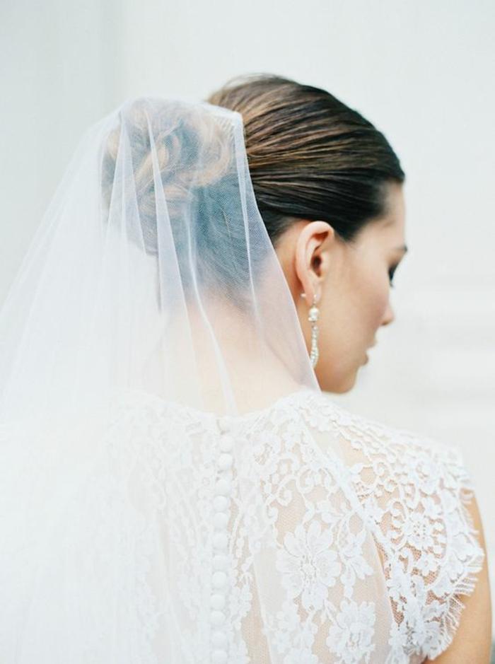 chignon de mariage élégant rehaussé par un voile mariée ultra fin et léger