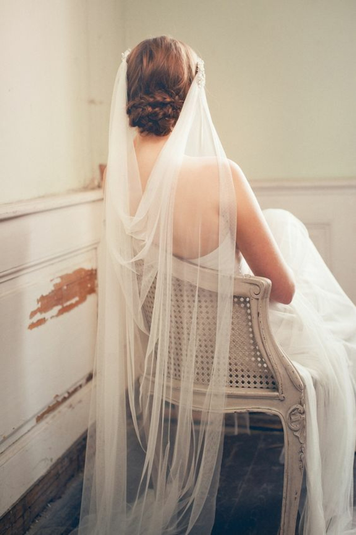 une coiffure de mariage tressée, voile mariée porté de façon bohème chic