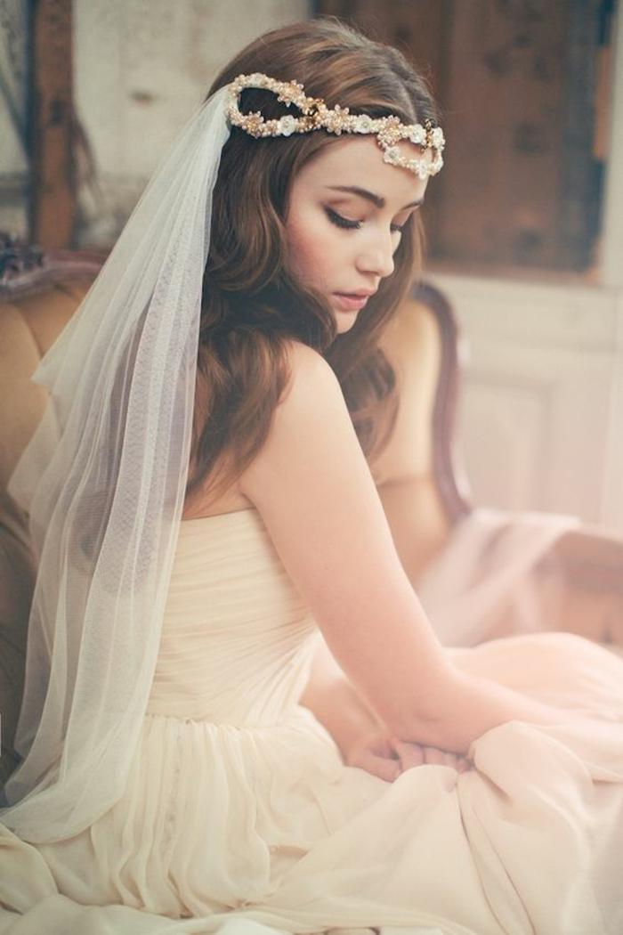 un accessoire mariage romantique et un voile nuptial féerique, joli bijou bandeau